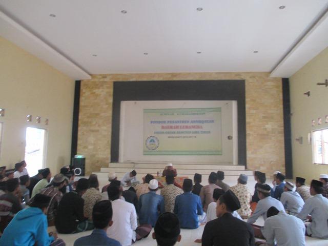 FOKUS; Santri Lubangsa Mendengarkan Penyajian dalam Seminar Kemahasiswaan